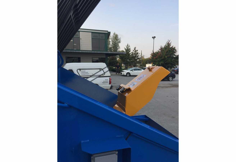 Contenant à chargement avant 8 verges cubes avec verseur pour contenants de 360 l.